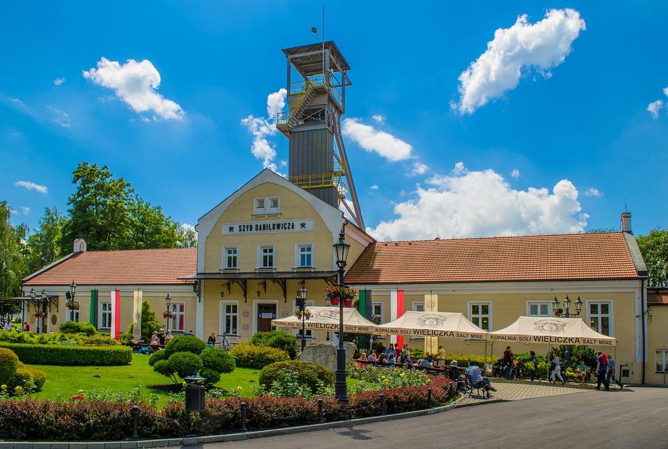Wieliczkę ze względu na obecność najpopularniejszej w Polsce kopalni soli, odwiedza rocznie ponad milion turystów